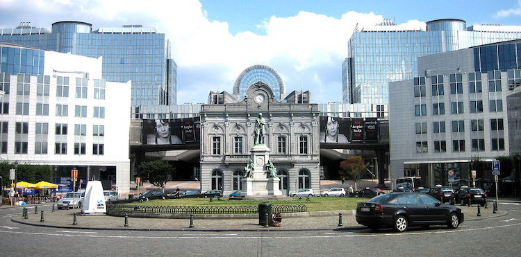Photo: The Place du Luxembourg/Luxemburgplein in the European Quarter of Brussels (Belgium). View of the European Parliament (western side), including converted station entrance in front, with statue of the industrialist John Cockerill in the foreground. CC BY 3.0