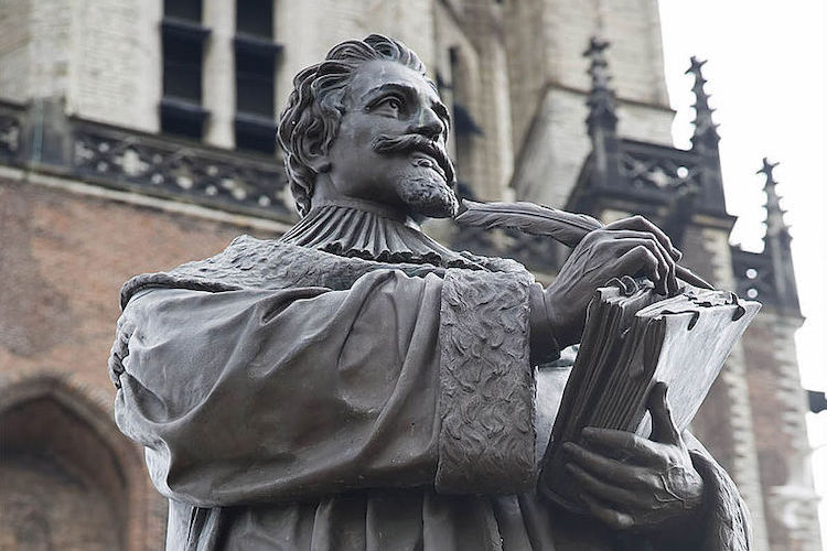 Photo: Statue of Hugo Grotius in Delft, the Netherlands. CC BY-SA 2.0