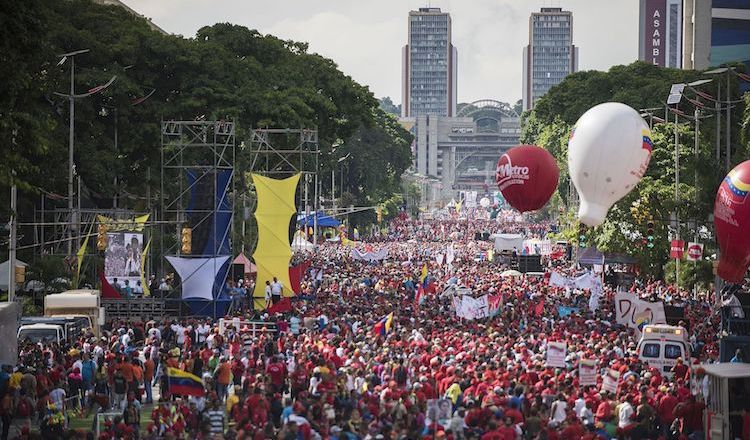 Photo: Demonstration on Avenida Bolivar, in the center of Caracas, to support President Nicolás Madura and protest the economic war that, according to the government, has been launched against Venezuela. 17 December 2016. CC BY-SA 4.0